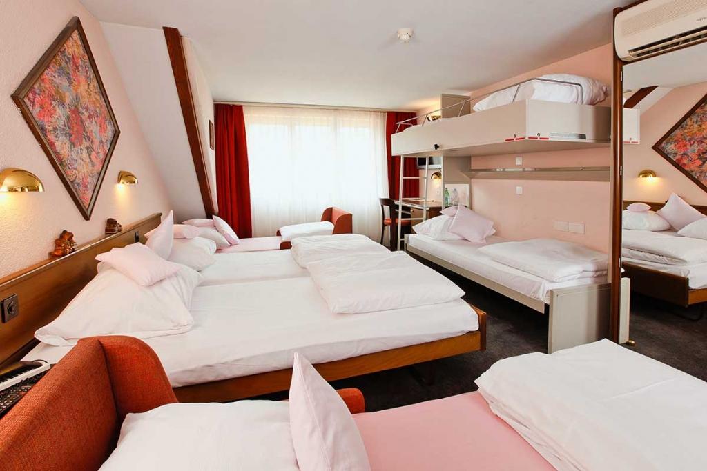 BASLERTOR SUMMER POOL HOTEL Zimmer 6 Personen