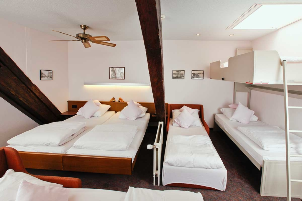 ROESLI GUEST HOUSE Zimmer 6 Personen